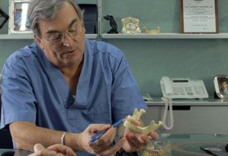 Il dottor Lorenzon con uno dei modelli di studio dell'implantologia funzionale