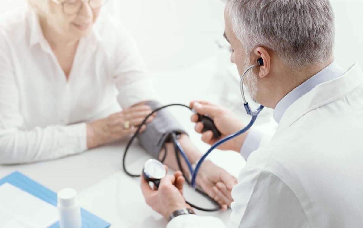 Visita cardiologo: misurazione pressione